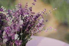 Lavendelblumenstrauß und -biene stockfoto