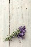 Lavendelbündel auf altem Brett Stockfoto