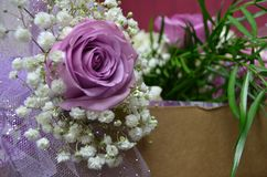 Lavendelbröllop steg med behandla som ett barn andedräkt för ` s arkivbilder