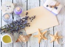 Lavendelbrunnsortuppsättningen med tvål, lavendel blommar, seastars, olja som är salt Arkivfoton