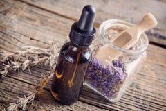 Lavendeletherische olie stock foto