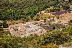 Lavendelfält med den Senanque kloster i Provence, Gordes, Frankrike Fotografering för Bildbyråer