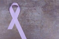 Lavendelfärgband som symboliserar medvetenhet för alla cancer Arkivfoton