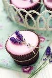 Lavendelkleine kuchen Stockfoto