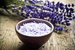 Lavendelkraut und -salz Stockfotos