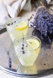 Lavendellemonad, uppfriskande drink fotografering för bildbyråer