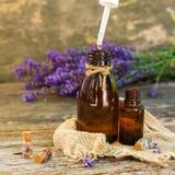 Lavendelolie in verschillende flessen stock fotografie