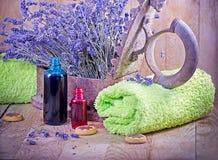 Lavendelolja (aromatisk olja) och lavendel Arkivbild