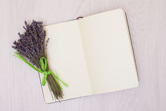 Lavendelschreibtisch auf Draufsichtspott des Hintergrundes oben Öffnen Sie Sketchbook Notizbuch Lizenzfreie Stockbilder
