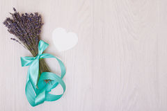Lavendelschreibtisch mit Blumen auf Draufsichtspott des Hintergrundes oben Weißbuchpostkarte Stockfotos
