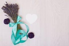 Lavendelschreibtisch mit Blumen auf Draufsichtspott des Hintergrundes oben Weißbuchpostkarte Stockbilder