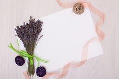 Lavendelschreibtisch mit Blumen auf Draufsichtspott des Hintergrundes oben Weißbuchpostkarte Stockbild