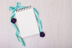 Lavendelschreibtisch mit Blumen auf Draufsichtspott des Hintergrundes oben Weißbuchpostkarte Stockfotografie