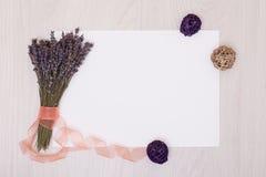 Lavendelschreibtisch mit Blumen auf Draufsichtspott des Hintergrundes oben Weißbuchpostkarte Lizenzfreie Stockfotos