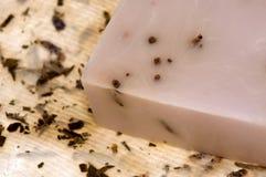 Lavendelseife und Büttenpapier Lizenzfreie Stockfotos