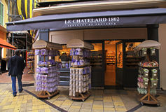 Lavendelskönhetsmedel och gåvor i en gata shoppar i gammal stad av Nic Arkivbild
