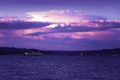Lavendelsolnedgång över Elliot Bay royaltyfri fotografi