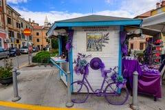Lavendelsouvenir shoppar på den historiska mitten av Izola arkivbild