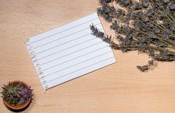 Lavendelstimmungs-Brettspott oben mit Blatt Papier Stockfoto
