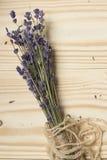 Lavendelstrahl auf einem hölzernen Hintergrund Lizenzfreies Stockbild