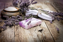 Lavendeltvål och vädrat salt på lantlig träbakgrund Royaltyfria Foton