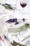 Lavendeltwijg op koemelkkaas en wijnglas stock afbeelding