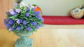 Lavendelvas i vardagsrummet Royaltyfri Foto