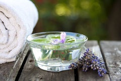 Lavendelwater royalty-vrije stock afbeelding