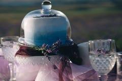 Lavender ανθοδέσμες, κέικ και γαμήλια έννοια στοκ εικόνες