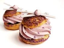 Lavender ριπές κρέμας με τις μαρέγκες και τις άσπρες διακοσμήσεις σοκολάτας στοκ φωτογραφία με δικαίωμα ελεύθερης χρήσης
