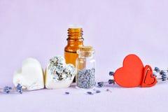 Lavender έλαιο, σαπούνι, ξηρά λουλούδια και κόκκινες καρδιές Στοκ εικόνες με δικαίωμα ελεύθερης χρήσης