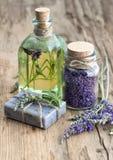 Lavender έλαιο, βοτανικά σαπούνι και άλας λουτρών με τα λουλούδια Στοκ Φωτογραφίες