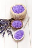 lavender αλατισμένο κουτάλι ξύλ&io στοκ εικόνες