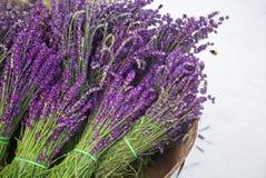 Lavender ανθοδέσμες στο καλάθι και τη μέλισσα Lavender τρύγος με τα φρέσκα, όμορφα πορφυρά lavender άνθη λουλουδιών Στοκ Εικόνα