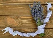 Lavender ανθοδεσμών που διακοσμείται με την κορδέλλα Στοκ Εικόνες
