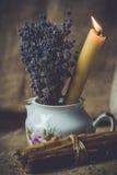 Lavender και καίγοντας κερί Στοκ εικόνα με δικαίωμα ελεύθερης χρήσης