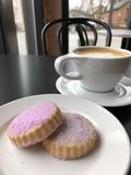 Lavender κουλουράκι και Latte Στοκ Εικόνες