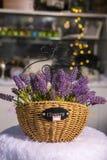 lavender λουλούδια σε πιό pannier που χρησιμοποιούνται ξύλινο για την εγχώρια διακόσμηση στοκ φωτογραφίες με δικαίωμα ελεύθερης χρήσης