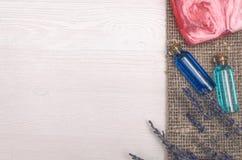 Lavender λουλούδι, στερεό σαπούνι και μπλε ουσιαστικό πετρέλαιο Εξαρτήματα λουτρών SPA Θεραπεία αρώματος Στοκ Φωτογραφίες