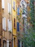 Lavender μπροστά από τη στενή οδό Στοκ Φωτογραφία