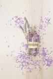 Lavender ουσιαστικό πετρέλαιο σε ένα μπουκάλι γυαλιού Στοκ Φωτογραφίες
