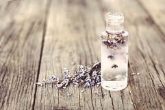 Lavender λουλούδια και μπουκάλια γυαλιού Στοκ Φωτογραφίες