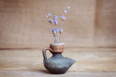 Lavender λουλούδι στο μπουκάλι στον ξύλινο πίνακα Στοκ φωτογραφία με δικαίωμα ελεύθερης χρήσης