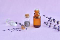 Lavender πετρέλαιο, άρωμα και ξηρά λουλούδια Στοκ φωτογραφία με δικαίωμα ελεύθερης χρήσης