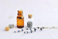 Lavender πετρέλαιο και λουλούδια Στοκ φωτογραφία με δικαίωμα ελεύθερης χρήσης