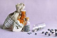 Lavender πετρέλαιο και σακούλι λουλουδιών Στοκ φωτογραφίες με δικαίωμα ελεύθερης χρήσης