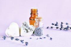 Lavender πετρέλαιο, σαπούνι και ξηρά λουλούδια Στοκ φωτογραφίες με δικαίωμα ελεύθερης χρήσης