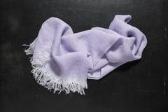 Lavender πετσέτα χεριών με τα άσπρα περιθώρια στη σκοτεινή επιφάνεια Στοκ Φωτογραφία