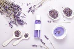 Lavender προϊόντα προσοχής σωμάτων Aromatherapy και φυσική έννοια υγειονομικής περίθαλψης Στοκ Εικόνες