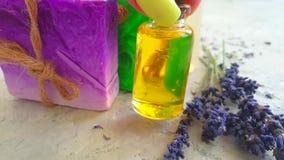 Lavender σαπουνιών θηλυκό σπιτικό χέρι πετρελαίου σε αργή κίνηση στο γκρίζο σκυρόδεμα απόθεμα βίντεο